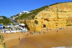 Turisti che godono della spiaggia di Benagil nel Portogallo Fotografia Stock
