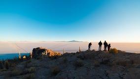 Turisti che guardano alba al piano del sale di Uyuni, destinazione di viaggio in Bolivia Colpo grandangolare dalla sommità del In fotografia stock libera da diritti