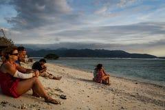 Turisti che guardano il tramonto alla spiaggia di Gili Trawangan fotografia stock libera da diritti