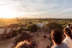 Turisti che guardano il tramonto dalla pagoda famosa di Pyathadar Hpaya a Bagan, Myanmar vicino a Mandalay fotografia stock