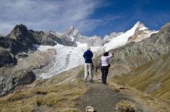 Turisti che guardano le alpi Immagini Stock