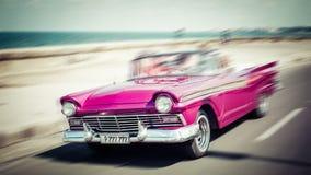 Turisti che guidano in automobile del oldtimer a Avana Concetto del attra di Cuba Fotografie Stock