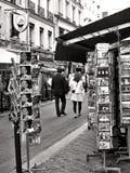 Turisti che hanno una passeggiata a Rue Cler, Parigi immagini stock libere da diritti