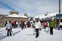Turisti che lasciano il treno di Gornergrat prima dello sci Immagine Stock Libera da Diritti