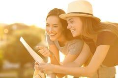 Turisti che leggono una mappa in un balcone fotografie stock