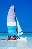 Turisti che navigano in un catamarano in Cuba Fotografia Stock