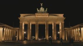 Turisti che passano Berlin Brandenburger Gate At Night archivi video