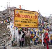 Turisti che posano alla cima di Khardungla, strada motorable del ` s del mondo più alta Immagini Stock Libere da Diritti