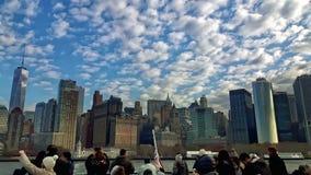 Turisti che prendono foto dell'orizzonte e dei grattacieli di Manhattan in autunno Immagini Stock
