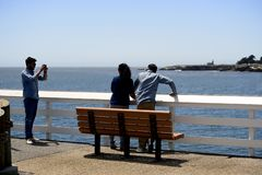 Turisti che prendono le immagini a vicenda su Santa Cruz Municipal Wharf in Santa Cruz, CA fotografia stock