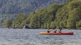 Turisti che remano su una canoa sul lago Bohinj in Slovenia Fotografia Stock