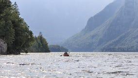 Turisti che remano su una canoa sul lago Bohinj in Slovenia Immagini Stock Libere da Diritti