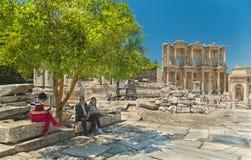 Turisti che riposano nell'ombra dell'albero vicino al punto di riferimento popolare Fotografia Stock