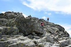 turisti che scalano alla cima della montagna Fotografia Stock Libera da Diritti