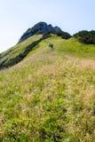 Turisti che scalano nelle alpi Fotografie Stock Libere da Diritti