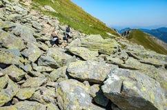 Turisti che scalano nelle alpi Fotografia Stock