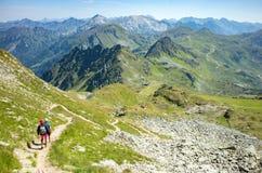 Turisti che scalano nelle alpi Immagini Stock Libere da Diritti