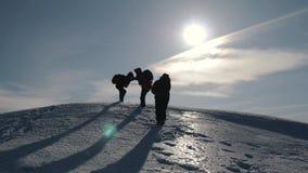 Turisti che scalano una scogliera della neve della montagna Allungamento della mano amica aiuto della gente Lavoro di squadra, co archivi video