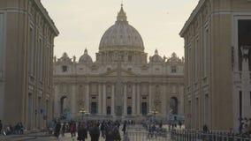 Turisti che si dirigono verso il quadrato a Città del Vaticano, viaggio di St Peter per vedere i punti di riferimento stock footage