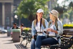 Turisti che si rilassano giro Fotografie Stock Libere da Diritti