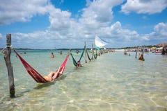 Turisti che si rilassano sulle amache, Jericoacoara, Brasile Immagini Stock Libere da Diritti