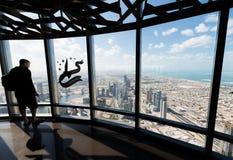 Turisti che trascurano città moderna da un'alta posizione di vantaggio Fotografia Stock Libera da Diritti