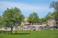 Turisti che visitano Beglik Tash - formazione rocciosa della natura, un santuario preistorico della roccia Fotografia Stock Libera da Diritti