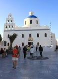 Turisti che visitano chiesa famosa a OIA, Santorini Fotografia Stock Libera da Diritti