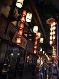 Turisti che visitano i negozi ed i depositi intorno al Jinli scenico Ancie fotografia stock libera da diritti