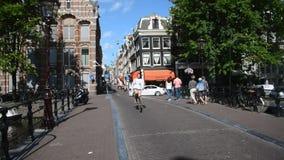Turisti che visitano la città di Amsterdam stock footage