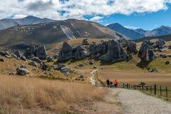 Turisti che visitano la collina in alpi del sud, il passaggio di Arthur, isola del sud del castello della Nuova Zelanda Fotografie Stock Libere da Diritti