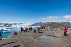 Turisti che visitano la laguna del ghiacciaio di Jokulsarlon in Islanda fotografia stock libera da diritti