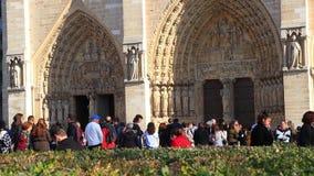 Turisti che visitano Notre Dame Cathedral a Parigi video d archivio