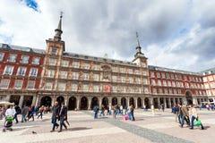 Turisti che visitano sindaco della plaza a Madrid, Spagna Fotografia Stock Libera da Diritti