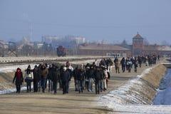 Turisti che visualizzano il campo di concentramento di Birkenau Fotografia Stock