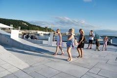 Turisti che visualizzano il Teatro dell'Opera di Oslo, Norvegia Fotografia Stock Libera da Diritti