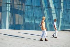 Turisti che visualizzano il Teatro dell'Opera di Oslo, Norvegia Immagini Stock