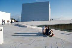 Turisti che visualizzano il Teatro dell'Opera di Oslo, Norvegia Fotografie Stock Libere da Diritti
