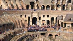 Turisti in Colosseum video d archivio