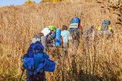 Turisti con gli zainhi nell'aumento Riserva caucasica di biosfera Vicino a Soci, la Russia immagine stock
