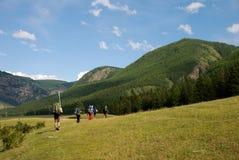 Turisti con gli zainhi nelle montagne immagine stock libera da diritti