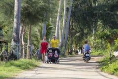 Turisti con i bambini che riposano su Koh Phangan, Tailandia Immagini Stock
