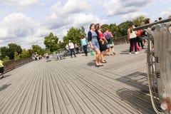Turisti con i lucchetti di amore, Parigi Immagine Stock Libera da Diritti