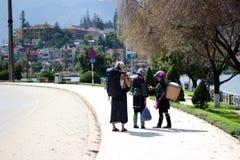 turisti con i nativi Immagine Stock
