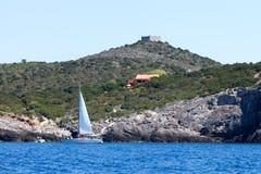 Turisti con la barca a vela all'isola di Giannutri, Italia Fotografia Stock