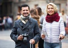 Turisti con la mappa ed i bagagli Fotografia Stock Libera da Diritti
