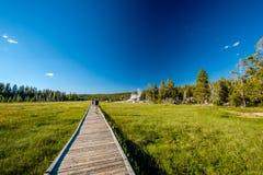 Turisti con lo zaino che fa un'escursione in Yellowstone Fotografia Stock