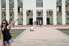 Turisti davanti alla costruzione del Parlamento, Canberra Immagine Stock