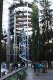 Turisti davanti alla torre dell'allerta di Lipno degli alberi della traccia Immagine Stock