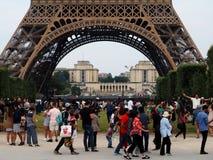 Turisti davanti alla torre Eiffel a Parigi fotografia stock